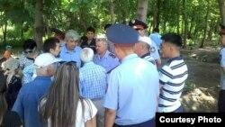 Жители Алматы на месте проведения акции против перекрытия пешеходной части дороги. Алматы, 8 июля 2015 года.