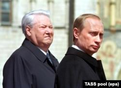 Новий російський президент Володимир Путін (праворуч) і експрезидент Росії Борис Єльцин. Москва, 7 травня 2000 року