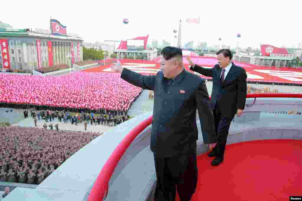 Кім Чен Ин і високопоставлений діяч Комуністичної партії Китаю Лю Юньшань на святкуванні 70-ї річниці заснування Трудової партії Північної Кореї. Фото було поширене 12 жовтня 2015 року