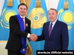 Профессиональный боксер Геннадий Головкин (слева) и действующий в то время президент Казахстана Нурсултан Назарбаев. 29 июня 2018 года.