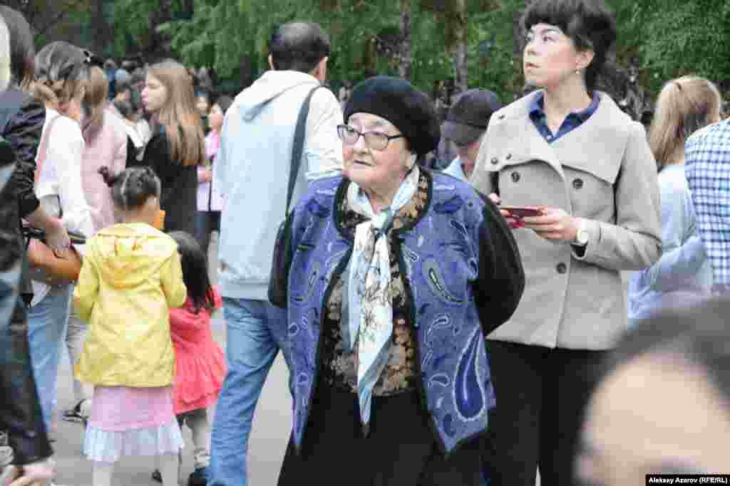 83-летняя Шлопан Токсанбаева, в прошлом работавшая редактором издательства «Онер», на «Ночь в музее» пришла с внучкой Айгерим. На «Ночь в музее» пожилая женщина пришла впервые, а вообще в этот музей – во второй раз. Чаще посещает Центральный государственный музей – примерно раз в три месяца, как позволяет возраст. Рассказала, что, когда ездила по Советскому Союзу, регулярно посещала в других городах музеи, церкви. Внучка Айгерим ходила сюда в студию изобразительного искусства. Но давно здесь не была. И испытывает чувство ностальгии. Примерно раз в два месяца посещает Центральный государственный музей Казахстана с сыном, которому очень нравится там бывать. Алматы, 18 мая 2019 года.