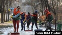 Radnici gradske čistoće koriste dezinfekciona sredstva dok peru ulice kako bi spriječili širenje zaraze korona virusom, Lviv, Ukrajina, 19. mart, 2020.