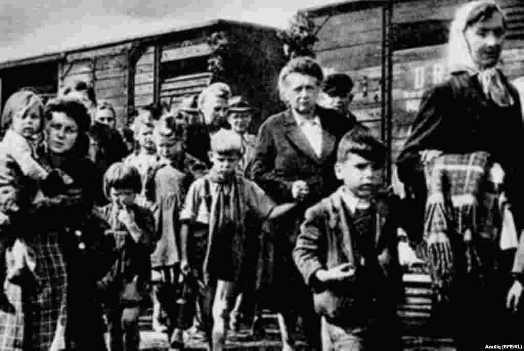 Чеченці й інгуші під час депортації в лютому 1944 року.