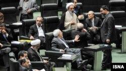 روح الله حسینیان در حال گفت گو با علی اکبر صالحی در صحن علنی مجلس در روز یکشنبه