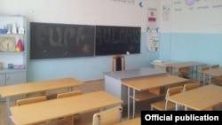 Пустой учебный кабинет в школе в Армении.