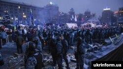 «Беркут» штурмує барикади активістів, грудень 2013 року