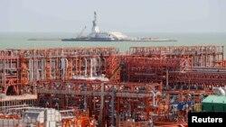 Буровая платформа на искусственном острове месторождения нефти Кашаган в Каспийском море.