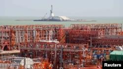 Нефтеперерабатывающее производство на месторождении Кашаган. 21 августа 2013 года.