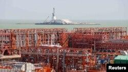 Буровые установки и инфраструктура на казахстанском месторождении Кашаган на шельфе Каспийского моря.
