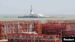 Каспийдегі Қашаған мұнай кенішіндегі жасанды D аралының алыстан түсірілген суреті. 21 тамыз 2013 жыл.