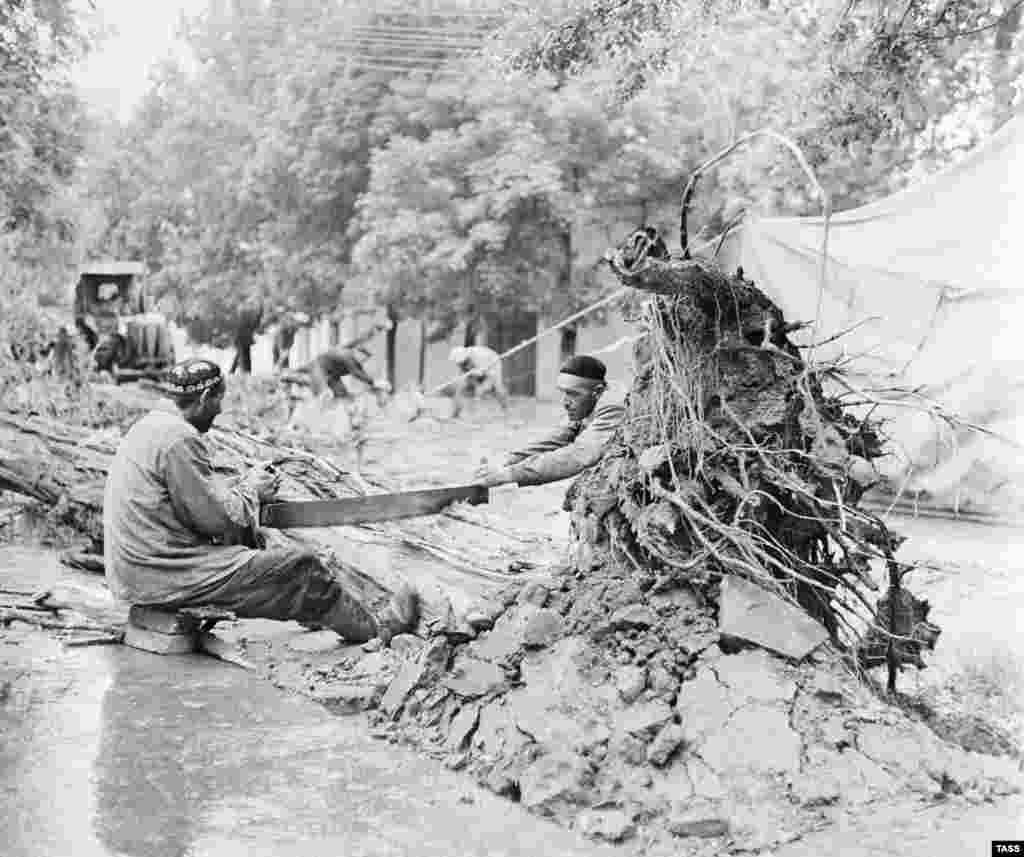 Расчистка улицы Дзержинского после урагана, произошедшего в Ташкенте в том же году.