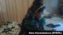 «Алтын ауыл» орта мектебінің 4-сынып оқушысы Назерке Тобалдиева ағылшын тілін оқығысы келеді, бірақ оқулығы жоқ. Алматы облысы Қаскелең қаласы, 19 қазан 2015 жыл.