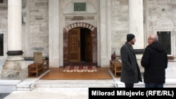 Мужчины у входа в мечеть Ферхадия. Баня-Лука, 5 мая 2016 года.