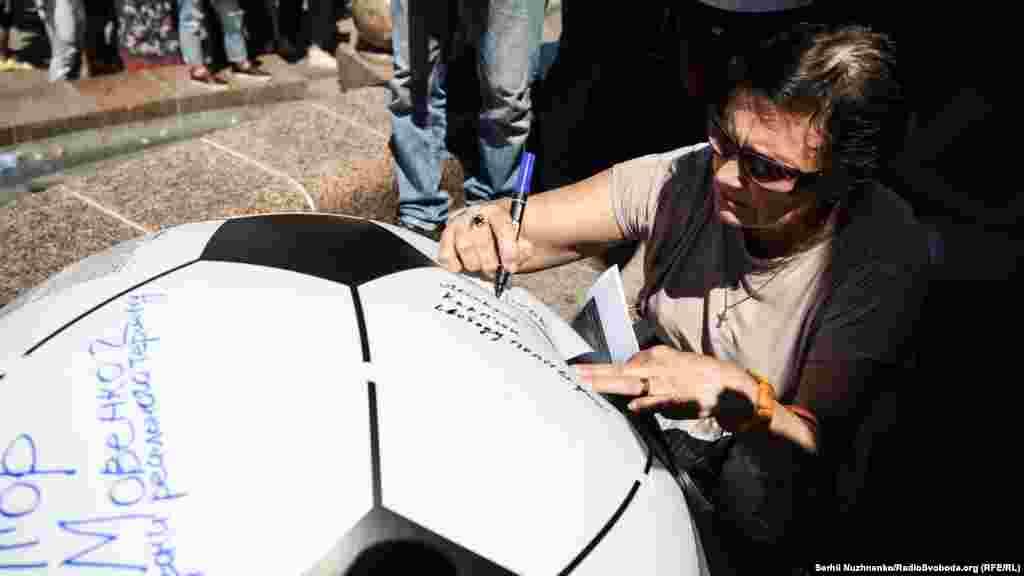31 мая стало известно, что крымчанинАлександр Кольченко, который отбывает срок в исправительной колонии в российском Копейске (Челябинская область),объявил о начале голодовкис 31 мая в знак солидарности с Олегом Сенцовым