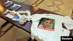 In sprijinul eliberării Iuliei Timoșenko, un t-shirt pe o masă în cursul Congresului PPE de la București