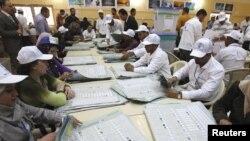 Подсчет голосов на избирательном участке в Багдаде