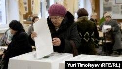Голосування на виборчій дільниці у Москві
