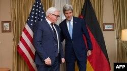 Державний секретар США Джон Керрі (праворуч) зустрічає міністра закордонних справ Німеччини Франка-Вальтера Штайнмаєра у посольстві Сполучених Штатів у Москві. 23 березня 2016 року