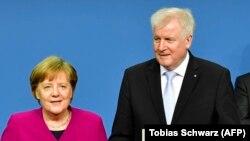 Германскиот министер за внатрешни работи Хорст Зехофер и канцеларката Ангела Меркел