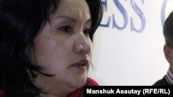 """Журналист газеты """"Голос Республики"""" Жанара Касымбекова на пресс-конференции о вызовах на допросы в КНБ сотрудников редакции. Алматы, 15 февраля 2012 года."""