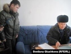 Житель Астаны Сабит Бердикулов и судебный исполнитель Ердаулет Болысбек. Астана, 30 января 2013 года.