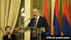 Премьер-министр Армении Никол Пашинян выступает на приеме, данном в честь него и его супруги, Париж, 12 ноября 2019 г․