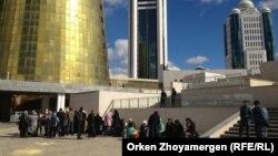 Ақордага барар жолда полиция тоқтатқан борышкерлер. Астана, 2 қазан 2013 жыл.