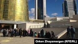 Акордаға барар жолда полиция тоқтатқан борышкерлер. Астана, 2 қазан 2013 жыл.