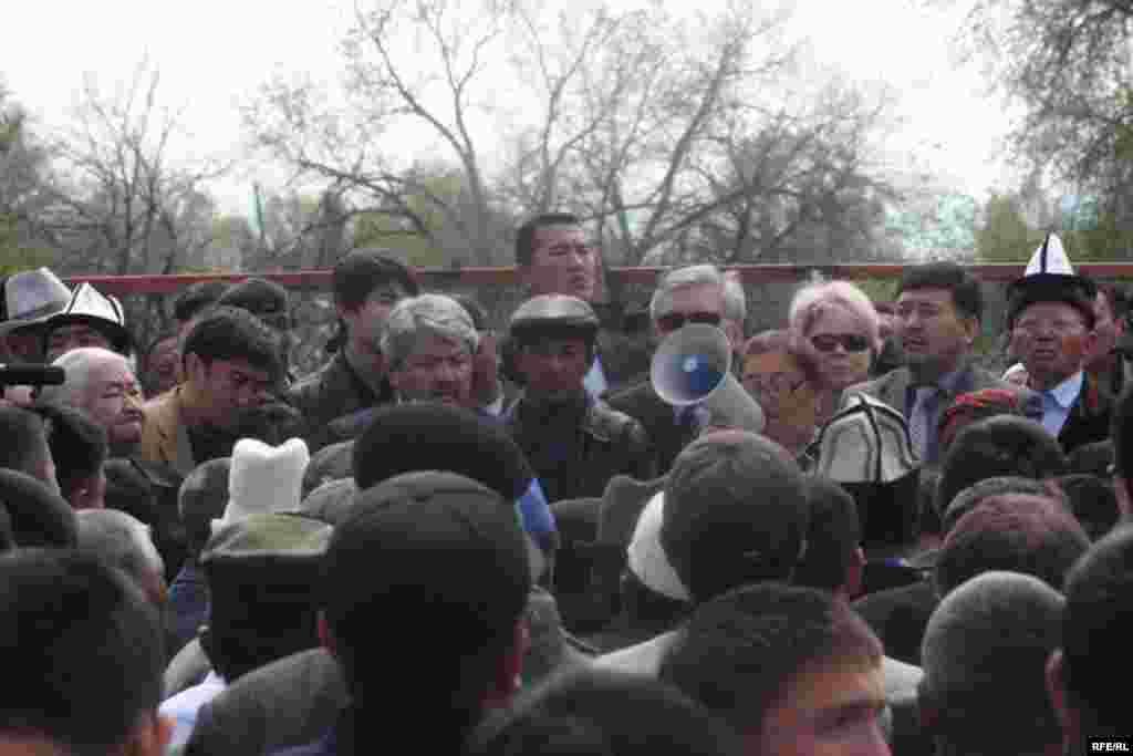 Жыйын соңунда 110 күрт үй-бүлөсү 3 күн ичинде айылдан көчүрүлсүн деген чечим кабыл алынды. - Kyrgyzstan -- Kyrgyz Lawmakers to Discuss the Cause of the Inter-Ethnic Tensions in the Town of Petrovka,30april2009