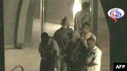 در تصاويری که برخی از شبکه های تلويزيونی از لحظه خروج اين افراد به همراه سربازان آمريکايی پخش کرده اند، آنها با چشمان بسته و دستبند ديده می شوند.