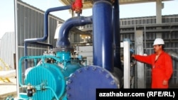 A Turkmen gas-compression facility (file photo)