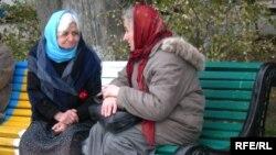 Azerbaýjanda garry eneler Bakuwyň seýilgähinde dynç alýarlar.