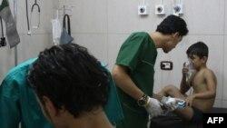 Медики в приспособленном госпитале в сирийском городе Алеппо оказывают первую помощь ребёнку, пострадавшему в результате предполагаемой химической атаки. 6 сентября 2016 года.