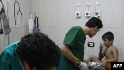 Врачи лечат сирийского мальчика в импровизированной больнице в Алеппо, 6 сентября 2016 года.