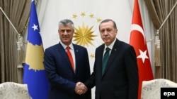 Pamje nga takimi i sotëm i presidentit të Turqisë Recep Tayyip Erdogan (djathtas) me presidentin e Kosovës Hashim Thaçi në Ankara
