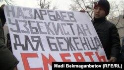 Узбекские религиозные беженцы проводят демонстрацию протеста против их ожидаемой экстрадиции в Узбекистан. Алматы, 2 декабря 2010 года.