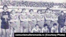 Naționala de fotbal înaintea meciului cu Ciprul. Sursa: comunismulinromania.ro (MNIR)