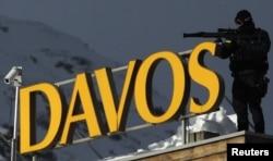 Pripadnik specijalnih jedinica policije sa krova hotela obezbeđuje Svetski ekonomski forum, januar 2011.