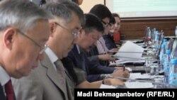 Работа республиканской конкурсной комиссии по присуждению государственных образовательных грантов. Астана, 5 августа 2015 года. Иллюстративное фото.
