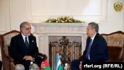 عبدالله عبدالله رئیس اجرائیه افغانستان حین دیدار با رستم عظیموف معاون صدراعظم ازبکستان