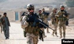 Содлат Бундесверу (збройні сили Німеччини) патрулює під час збройної місії в провінції Баглан, Афганістан, грудень 2012 року