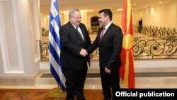 Premeirul de la Skopje Zoran Zaev, la o întîlnire cu ministrul de externe elen Nikos Kotzias