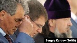Сергей Шойгу (слева) во время литургии