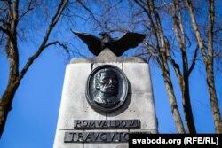 Помнік Рамуальду Траўгуту побач са Сталіным