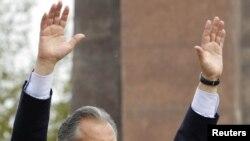 პრეზიდენტი ბაკიევი მიტინგზე თავის მხარდამჭერებს ესალმება