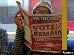 Метрода британдықтарды ЕО құрамында қалуға шақырған газетті оқып отырған әйел. Лондон, 22 маусым 2016 жыл.