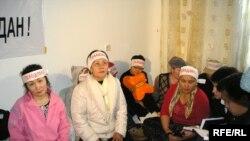 «Халыққа баспана қалдырайық» қозғалысына мүше 15 әйел аштық акциясын қайта жалғастырды. Алматы, 18 наурыз 2009 ж.