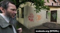 Рафаіль Разяпаў каля гарадзенскага «мячэту» — памяшканьня грамадзкага аб'яднаньня татараў