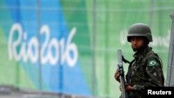 Një pjesëtar i policisë braziliane duke ruajtur afër objektit ku do të zhvillohen gara të ndryshme sportive në Olimpiadën në Rio-de-Zhanejro