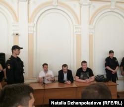 Дмитрий Донсков (слева), Евгений Урлашов (в центре) и Алексей Лопатин в зале заседаний